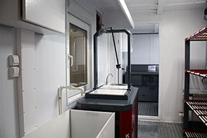 Фотография верстака для сборки и разборки аккумуляторов