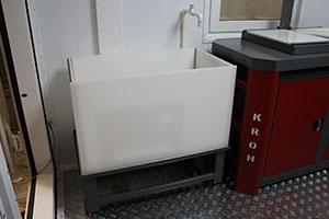 Ванна винипластовая для промывки АБ со сливом и решеткой