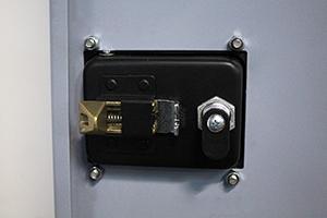 Металлический замок батарейного шкафа