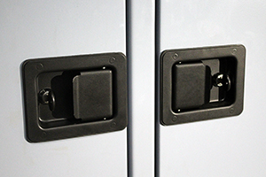 Металлические ручки батарейного шкафа