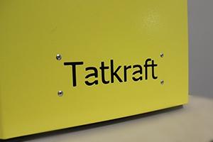 Фото логотипа на корпусе зарядного устройства