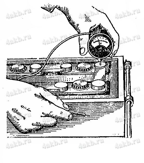 Проверка саморазряда аккумуляторной батареи переносным вольтметром