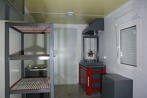 Мебель установленная внутри аккумуляторной мастерской
