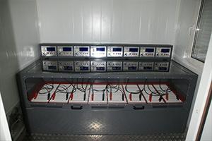 Шкаф для одновременного заряда 8 аккумуляторов независимо друг от друга