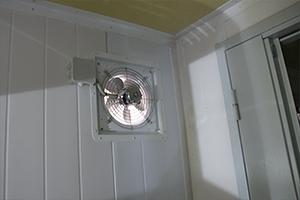Встроенный вытяжной вентилятор внутри комнаты аккумуляторной мастерской