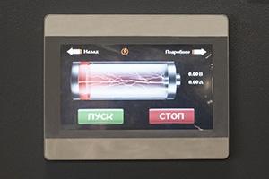 Отображение состояния заряда на дисплее зарядно-разрядного выпрямителя