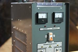 Органы управления автоматизированным зарядным устройством серии АЗУ-Н-1