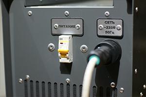 Место подключения кабеля питающей сети и кнопка влючения