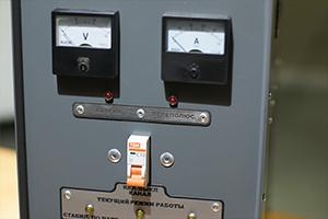 Щитовые приборы установленные на устройстве АЗУ-Н-1