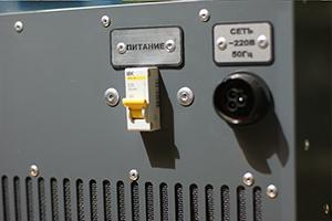 Место подключения кабеля питающей сети на зарядном устройстве АЗУ-Н-2