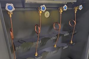 Комплект кранов для подключения баллонов и их фиксаторы