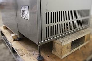 фотография регулируемых ножек зарядно-разрядного шкафа Светоч-Авиа-02.ЖК.Н