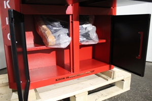 Металлические полки установленные в ящиках