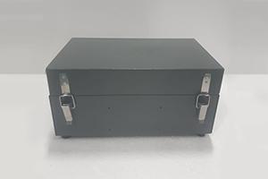 Устройство позволяет контролировать температуру электролита и напряжения АКБ