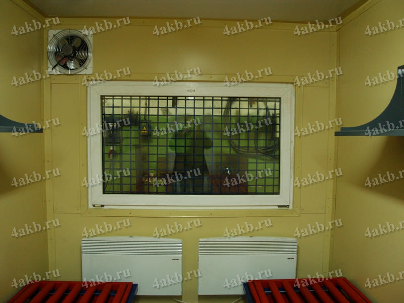 Фотография окна с решеткой в мобильной аккумуляторной мастерской