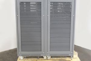 Фотография металлической вентиляционной решетки зарядного выпрямителя