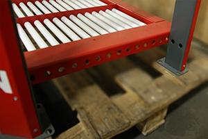 Внешний вид  роликовой полки для хранения аккумуляторных батарей вид сбоку