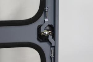 Фотография ригельной системы на дверях
