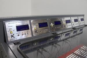 Фотография панели управления шкафа для заряда