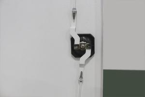 Фото замка с ригелью в лабораторном шкафу