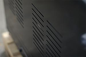 Вентиляционные отверстия расположенные на боковых стенках шкафа