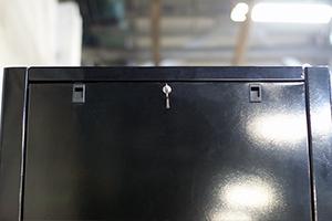 На каждой боковой стенки шкафа 4АКБ-ЮГ-ШМА-01.2000 установлен замок