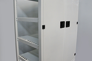Фото двустворчатых дверей с замком шкафа КРОН.ШМА-02.2000