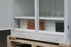 Фото нижней полки шкафа для хранения акб 4АКБ-ЮГ.ШМА-02.2000