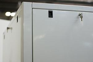 Фотография боковой стенки шкафа 4АКБ-ЮГ.ШМА-02.2000 с замком