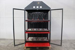 Шкаф для хранения двенадцати аккумуляторов в открытом положении