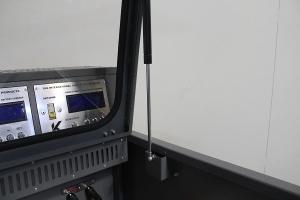 Газлифт установленный на крывке шкафа