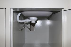Фотография металлической полки в шкафу