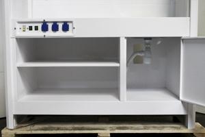 Металлическая полка и навесная дверца шкафа
