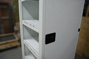Запираемый на ключ замок встроенный в дверь шкафа ШМА-01.2000