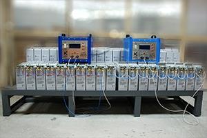 Фотография фронттерминальныхаккумуляторов установленных на двухрядном двухуровневом стеллаже производства компании KRONVUZ