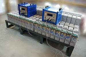 Фотография аккумуляторного стеллажа и установленных на него фронт терминальных акб вместе с зарядно-разрядными устройствами