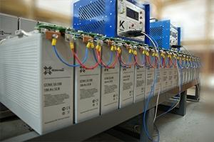 Последовательно соединенные между собой фронттерминальные аккумуляторы с зарядно-разрядным устройством