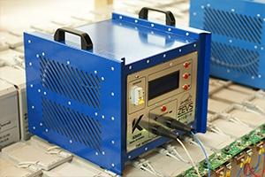 Зарядно-разрядное устйроство серии Зевс-Р установленное на двухрядном аккумуляторном стеллаже вместе с аккумуляторами