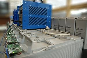 Фотография фронттерминальных аккумуляторов установленных на двухрядном двухуровневом стеллаже