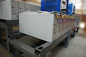Двухрядный двухуровневый аккумуляторный стеллаж с установленными аккумуляторами вид сбоку