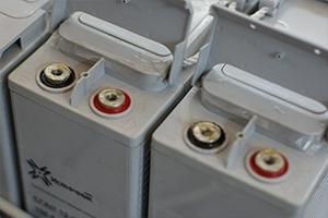 Фотография фронттерминальных аккумуляторных батарей с открытыми крышками