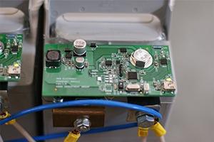 Плата установленная на фронттерминальном аккумуляторе и считывающая его параметры