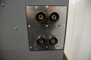 Разъемы для подключения зарядно-разрядного устройства установленные на шкафу