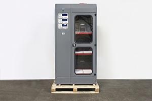 Металлический шкаф с тремя полками для заряда аккумуляторов