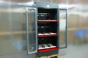 Шкаф для заряда аккумуляторных батарей серии Светоч-03-09 в открытом положении