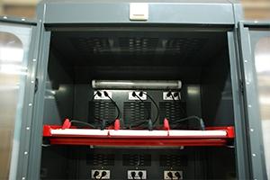 Внешний вид яруса зарядного шкафа с освещением и вентиляцией