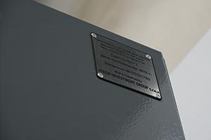 Место расположения заводского шильдика установленного на изделии