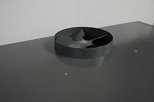 Вытяжной патрубок с установленным вентилятором на верху шкафа