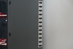 12 независимых разъемов для подключения зарядно-разрядных устройств