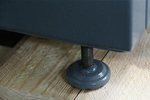 Регулируемый подпятник установленный на аккумуляторном шкафу